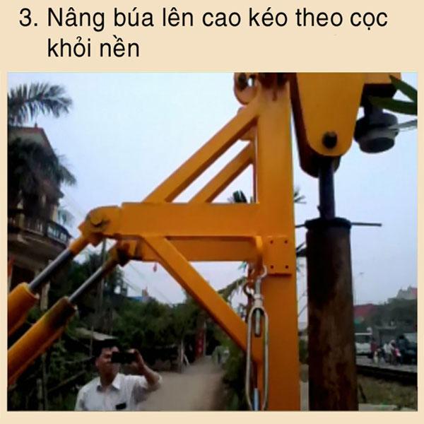 B3 :Nâng búa lên cao kéo theo cọc khỏi nền